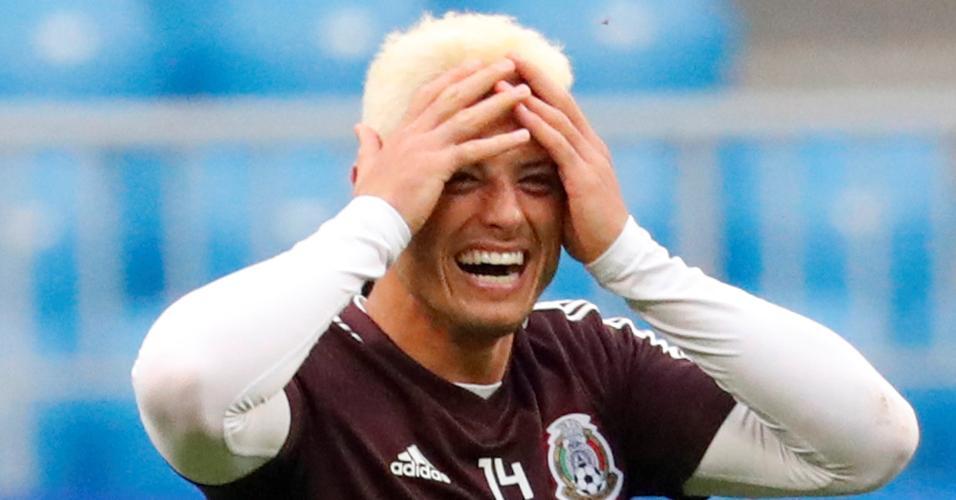 Javier 'Chicharito' Hernández pinta o cabelo antes do duelo entre Brasil e México