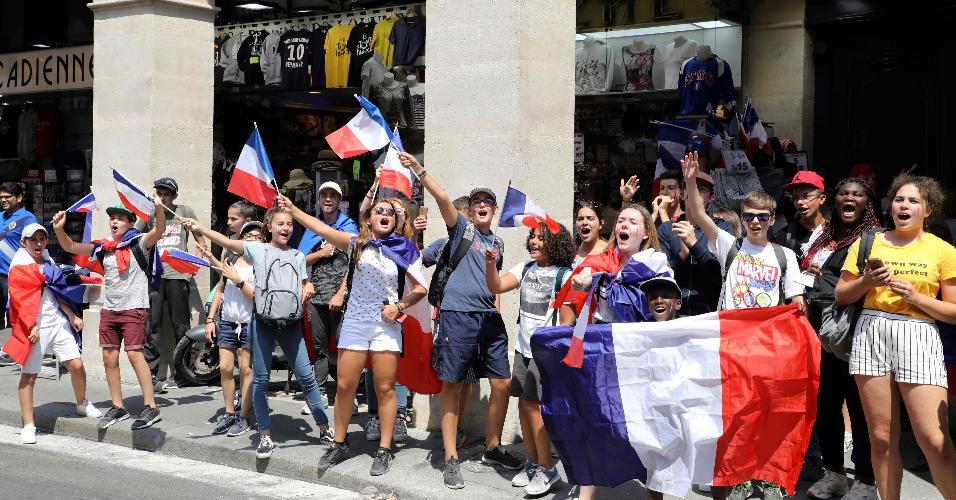 Torcedores franceses balançam bandeiras em Paris antes da final da Copa do Mundo