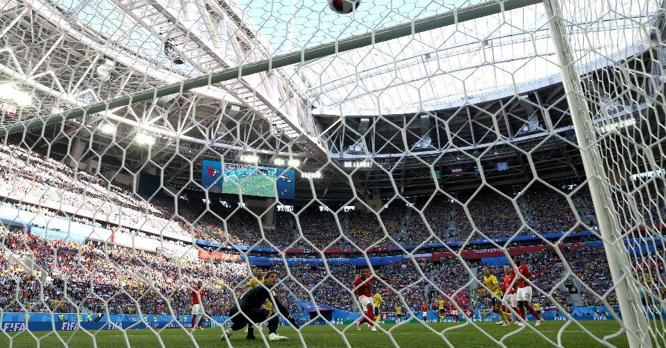 Forsberg chuta de fora da área e marca o gol da Suécia