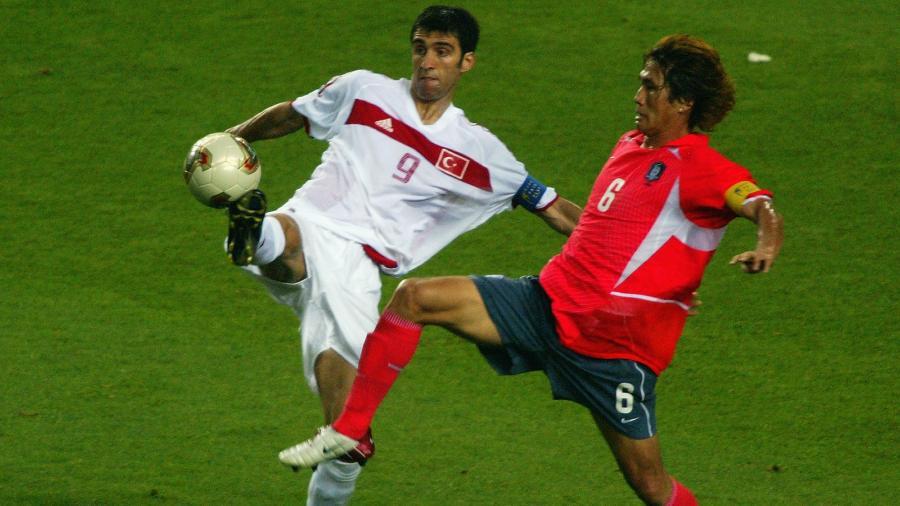 Sukur (e) contra a Coreia do Sul, em 2002, quando fez o gol mais rápido das Copas - Ben Radford/Getty Images