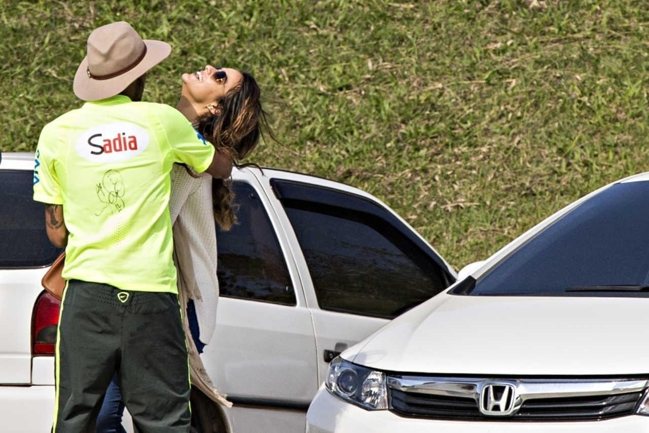 Neymar abraça Bruna Marquezine em visita da atriz à Granja Comary, em 2014, antes da Copa do Mundo