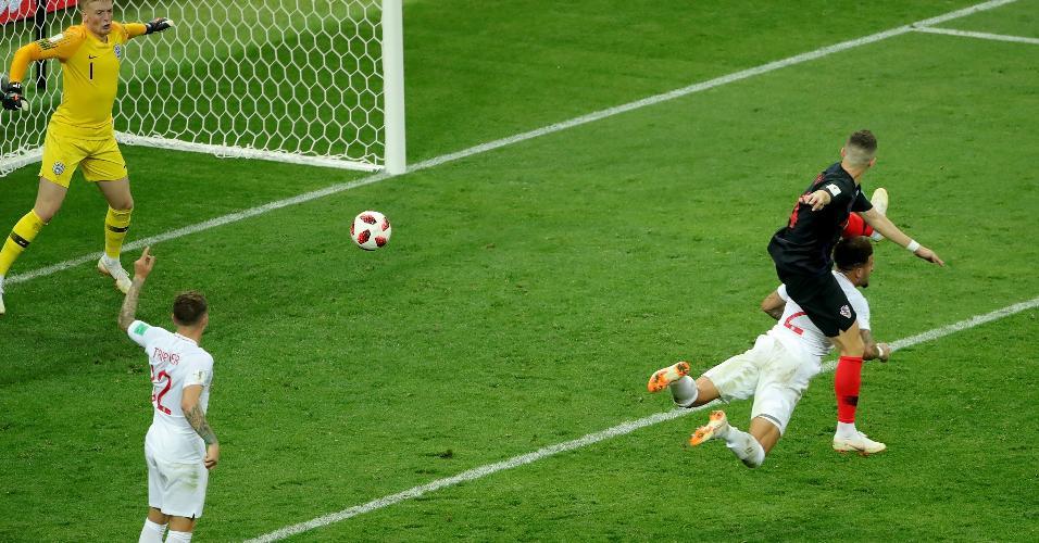 Ivan Perisic, da Croácia, marca gol para sua equipe contra a Inglaterra em semifinal da Copa