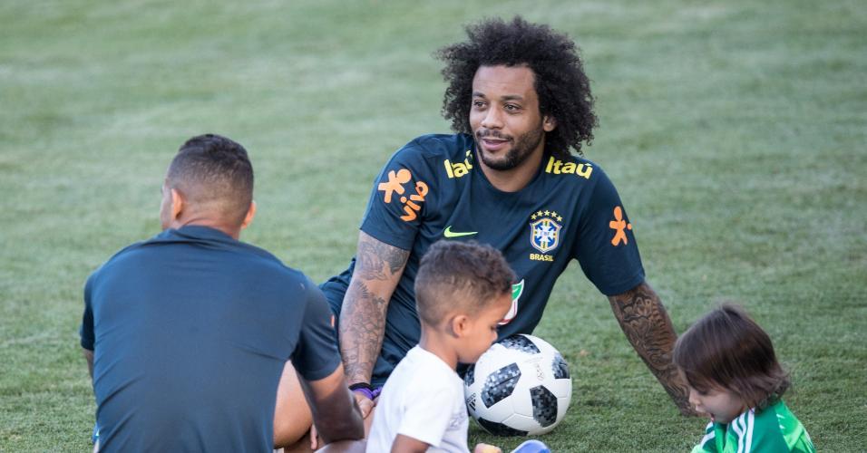 Marcelo e Danilo brincam com os filhos no campo de treinamento em Sochi