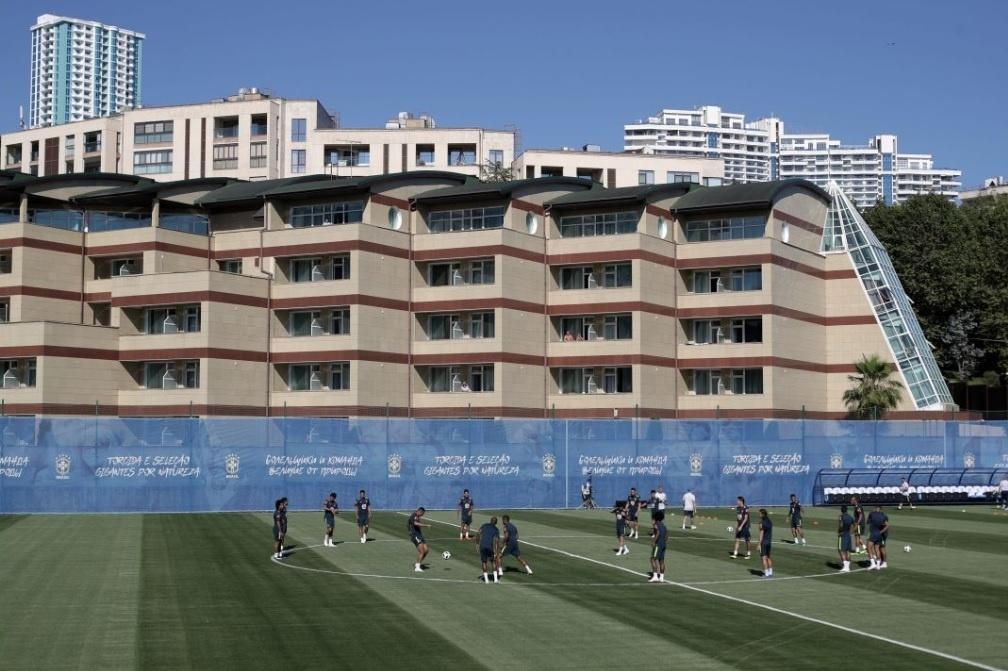 Pessoas acompanham treino da seleção brasileira do alto do prédio