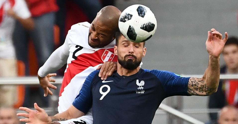 Alberto Rodriguez, da seleção do Peru, divide cabeceio com Olivier Giroud, da seleção da França