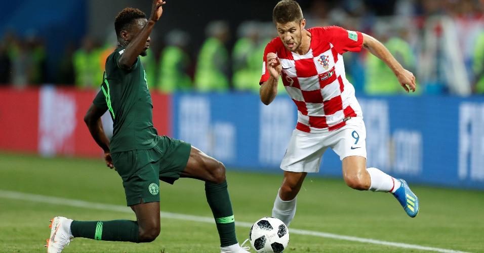 Kramaric, da Croácia, tenta passar pela marcação de Ndidi, da Nigéria, na estreia das seleções na Copa
