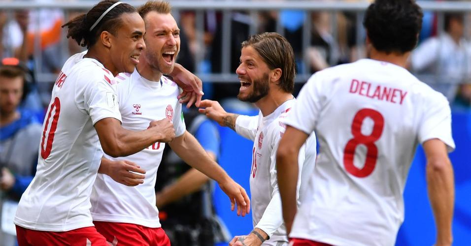 Jogadores comemoram gol de Eriksen em Dinamarca x Austrália