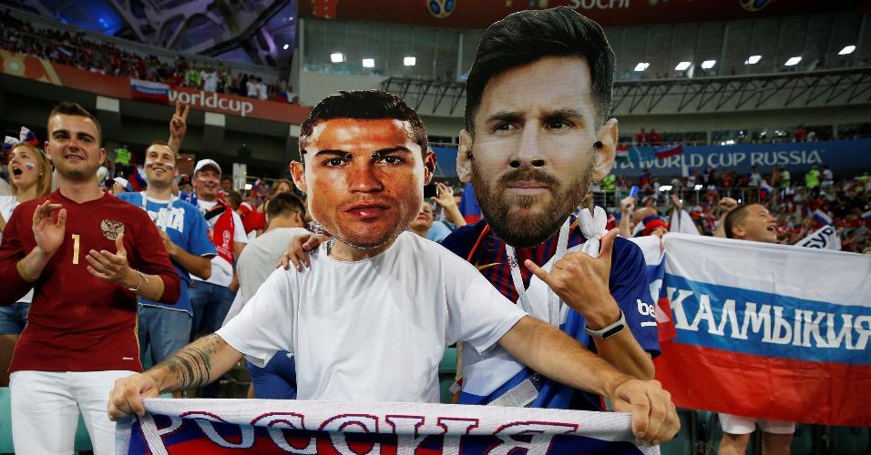 Torcedores usam máscaras de Cristiano Ronaldo e Messi no jogo Rússia x Croácia