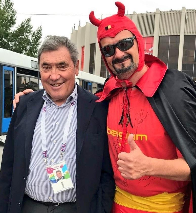 Lenda do ciclismo, Eddy Merckx chega ao estádio para ver Bélgica x França.