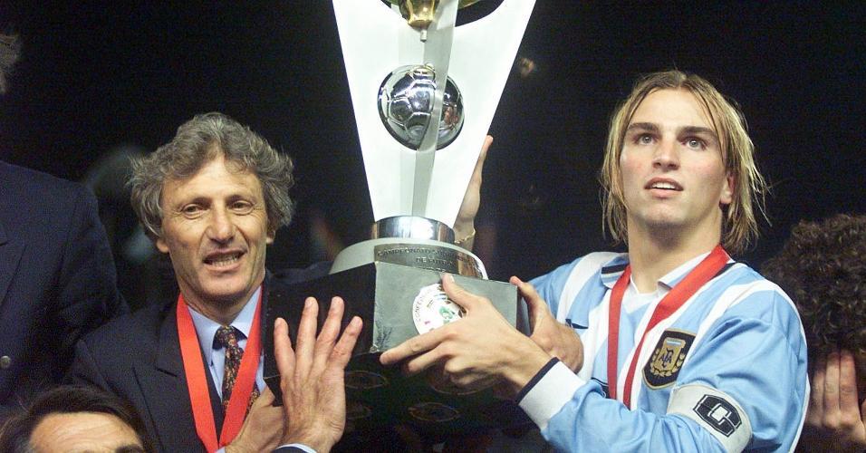 José Pekerman levanta o troféu do Sul-Americano sub-20 junto com Cambiasso