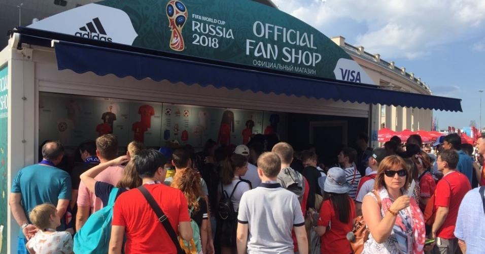 Fila também na loja oficial da Fifa. Vendas foram tão grandes que muitos itens se esgotaram em São Petersburgo.