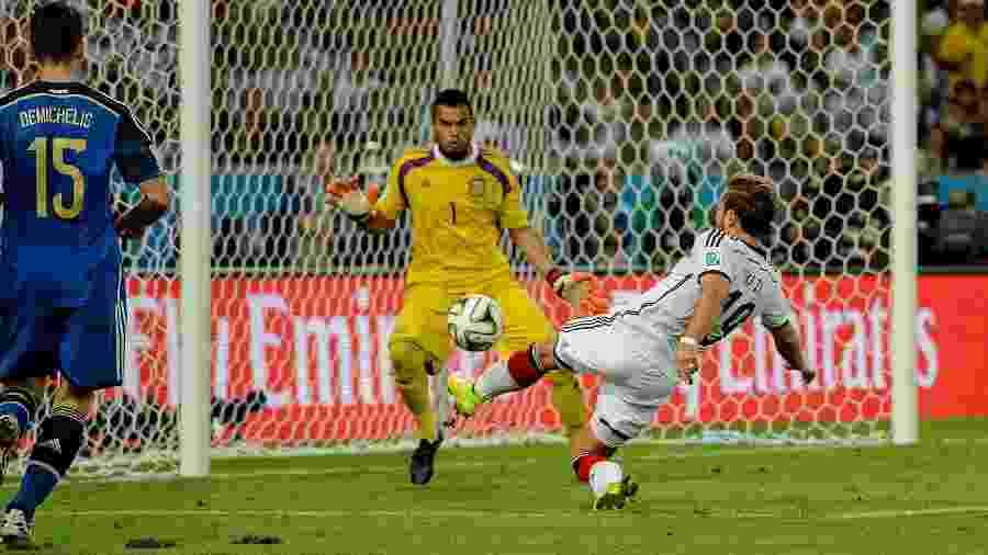 Mario Goetze finaliza para marcar o gol do título da Alemanha sobre a Argentina na Copa de 2014 - Matthias Hangst/Getty Images