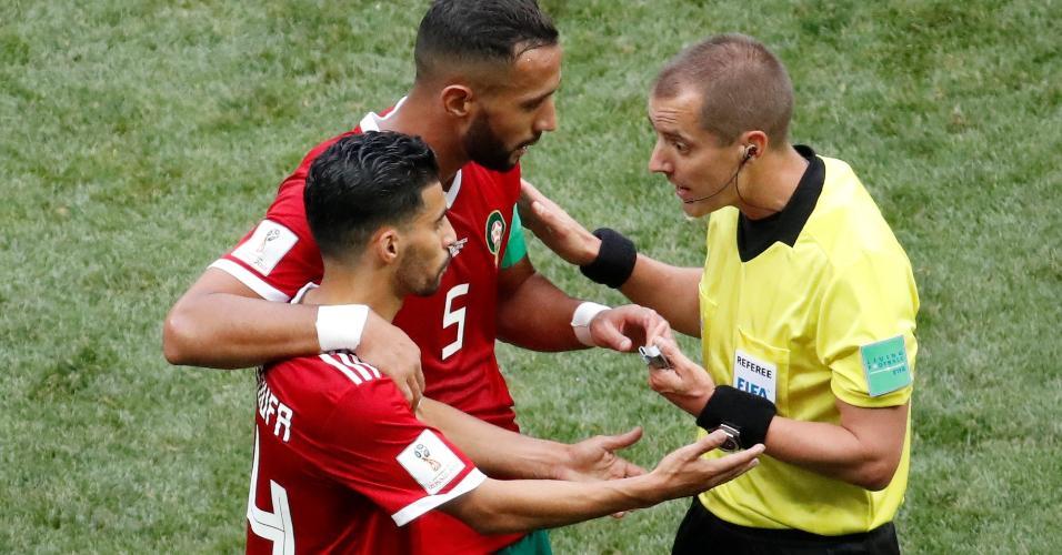 Marroquinos reclamam com árbitro Mark Geiger durante Portugal x Marrocos