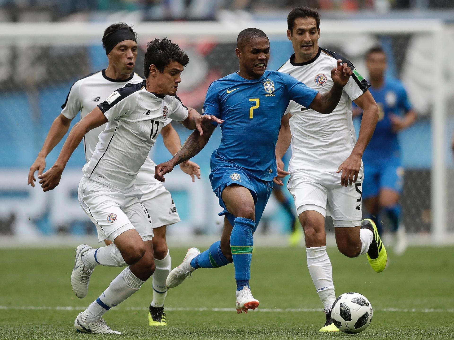 dfbe30cf2b01c Seleção  Douglas Costa sofre lesão na coxa e desfalca o Brasil contra a  Sérvia