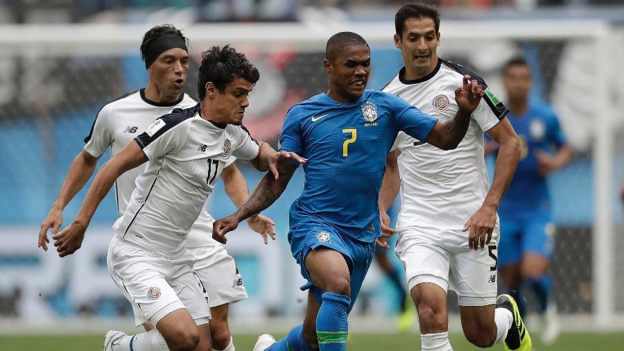Douglas Costa enfrenta a marcação da Costa Rica na segunda rodada da Copa - André Mourão / MoWA Press