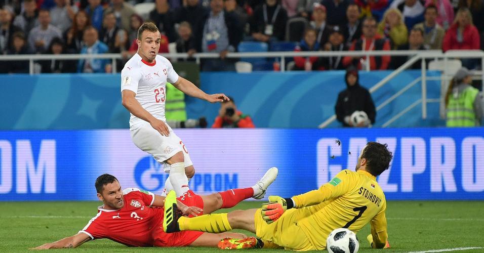 Shaqiri toca na saída do goleiro e marca para Suíça
