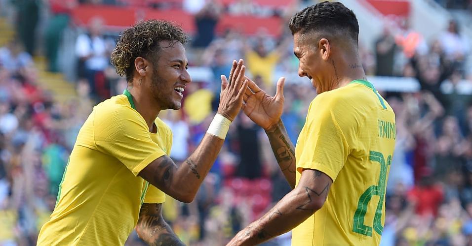 Roberto Firmino e Neymar comemoram segundo gol do Brasil contra a Croácia