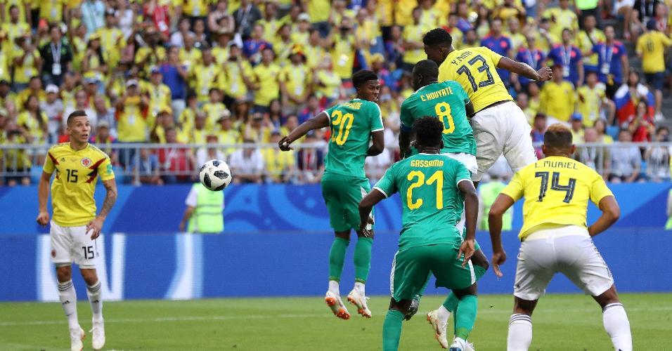 Mina cabeceia e marca o gol da Colômbia contra Senegal
