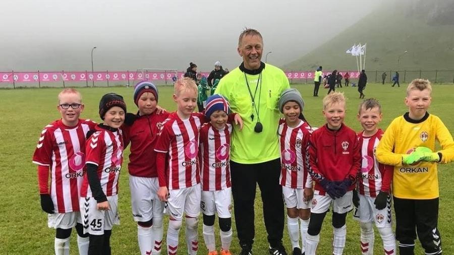 Técnico da Islândia atua como árbitro em competição infantil - Reprodução/Twitter
