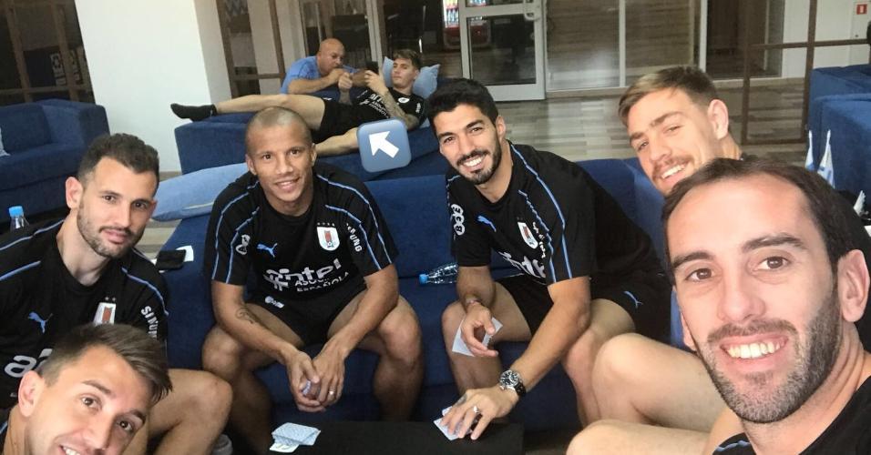 Suárez curte ?truco com mate? com elenco do Uruguai após triunfo na estreia