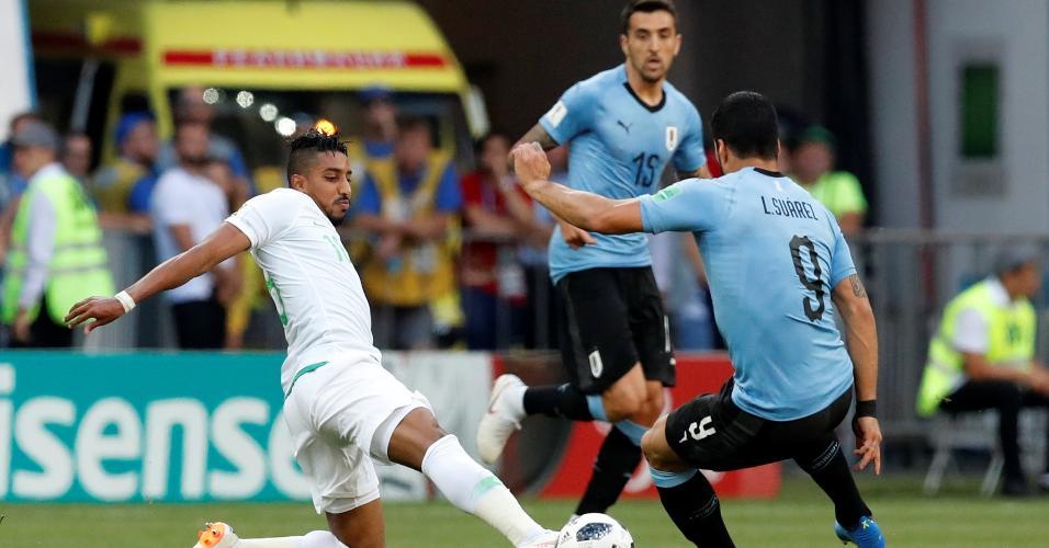 Luis Suárez, da seleção do Uruguai, disputa bola com Salem Al-Dawsari, da Arábia Saudita