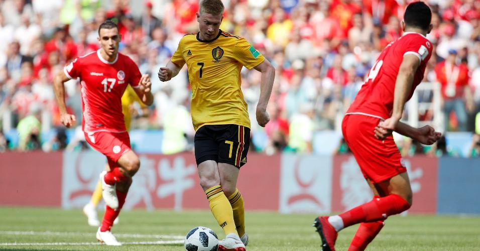 Kevin De Bruyne tenta passe durante Bélgica x Tunísia
