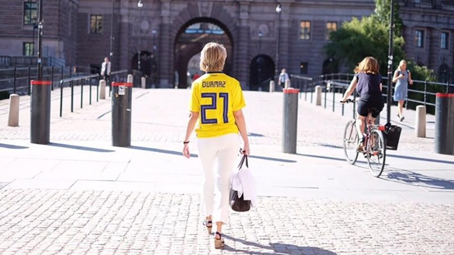 A ministra dos Esportes da Suécia, Annika Strandhäll, vai ao trabalho com a camisa de Jimmy Durmaz, alvo de racismo - Reprodução/Twitter