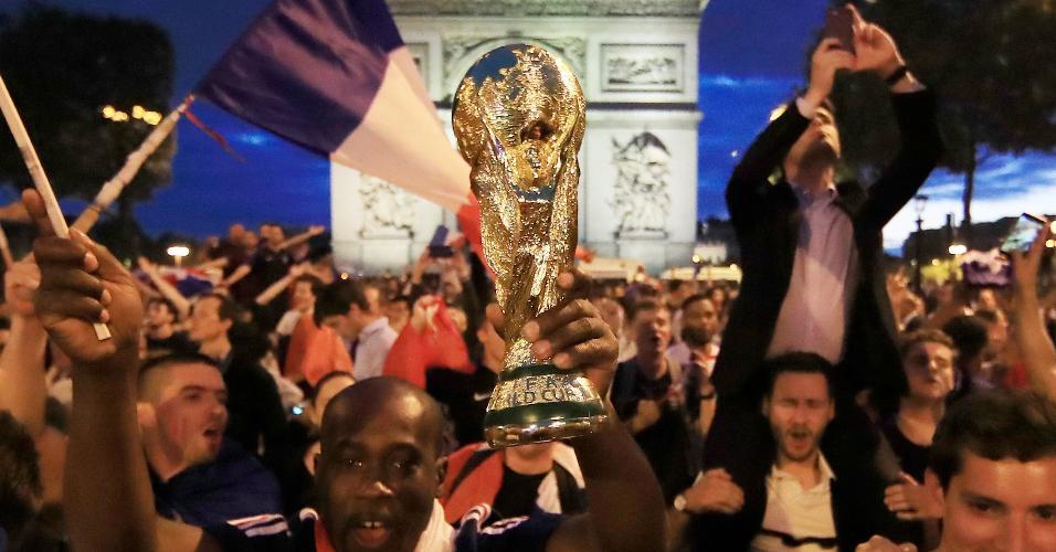 Torcedores comemoram na Champs-Elysees, em Paris, a classificação da França para a final da Copa do Mundo