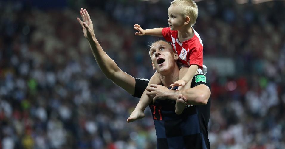 Vida comemora vitória da Croácia para a final da Copa com o filho nos ombros