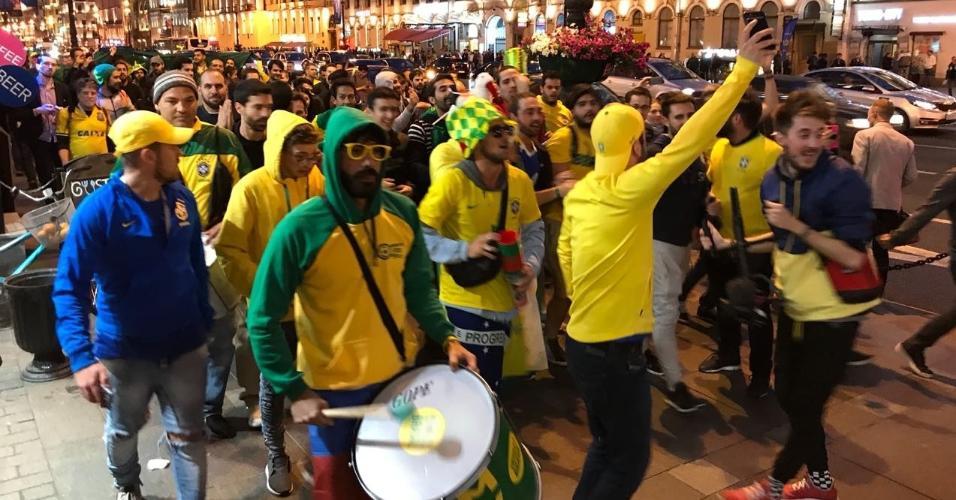 Torcedores brasileiros fazem festa em hotel da seleção em São Petersburgo