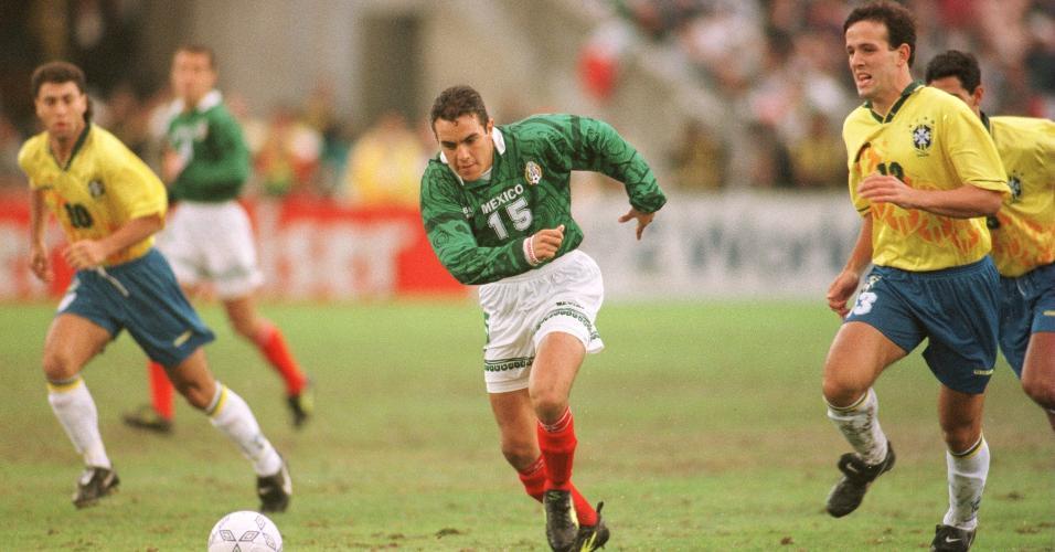 O mexicano Blanco passa pela marcação do Brasil na final da Copa Ouro de 1996
