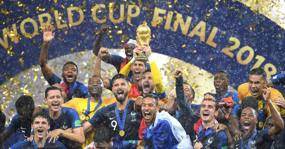 Jogadores da França erguem a taça da Copa do Mundo conquistada na Rússia