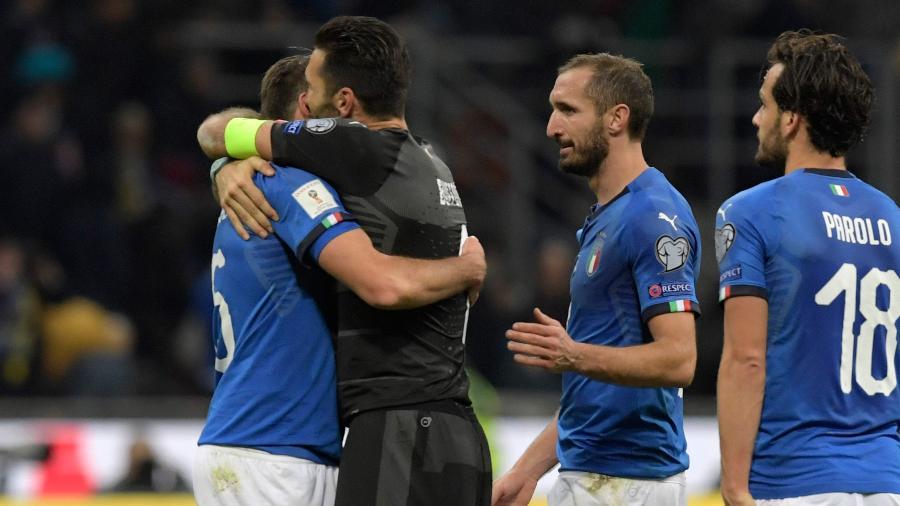 Italianos choram após perder vaga na Copa da Rússia para a Suécia na repescagem - AFP PHOTO / Miguel MEDINA