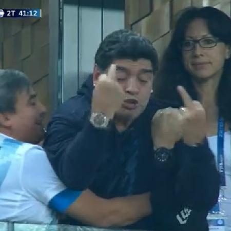 Maradona faz gestos obscenos após gol da Argentina - Reprodução/Sportv