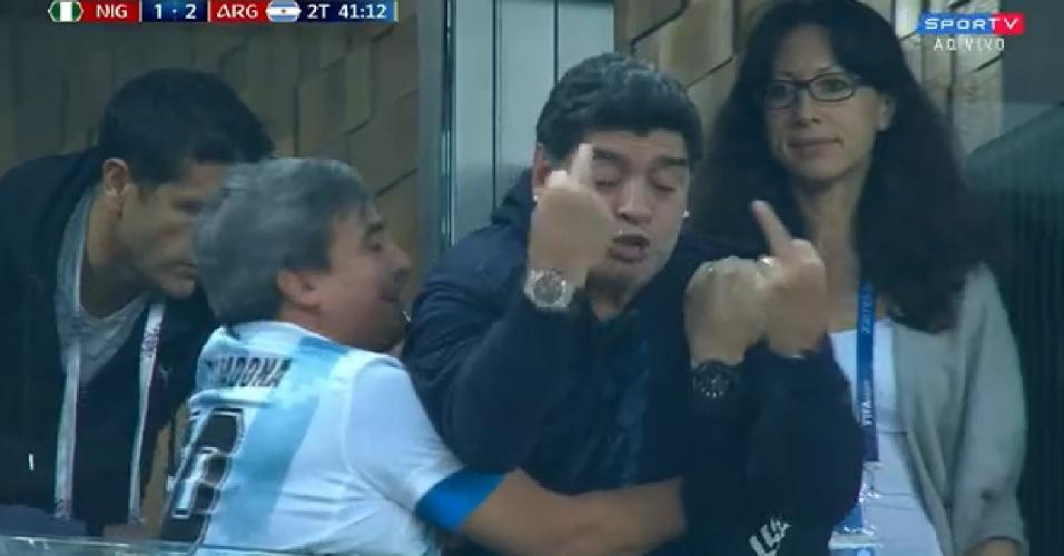 Maradona faz gestos obscenos após gol da Argentina