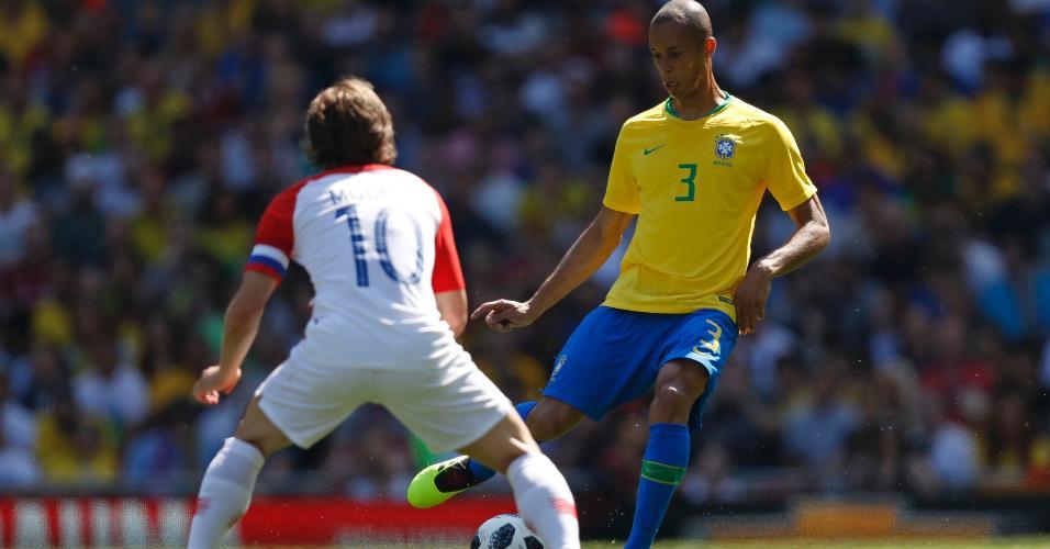 Miranda durante jogo da seleção brasileira contra a Croácia