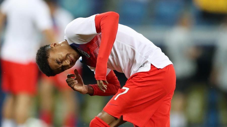 Jesse Lingard, da Inglaterra, sofre com a presença de insetos antes de jogo contra a Tunísia - Clive Rose/Getty Images