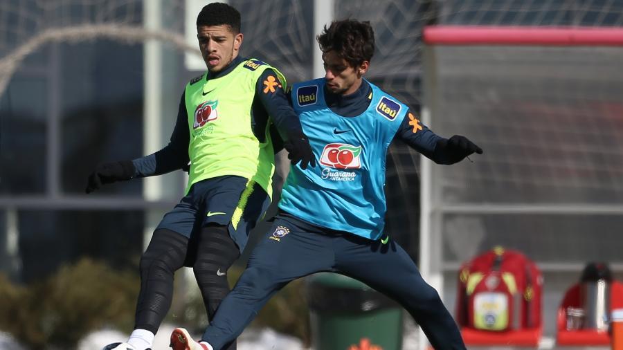 Rodrigo Caio marca Taison em treinamento da seleção brasileira - Pedro Martins / MoWA Press