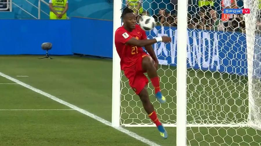 """Michy Batshuayi leva bolada na cara em lance """"diferente"""" de Inglaterra x Bélgica - Reprodução/Sportv"""