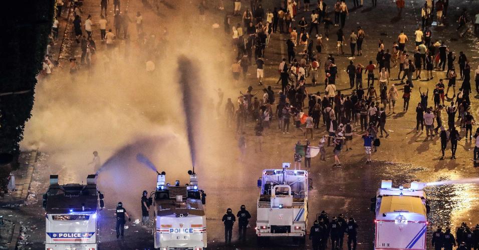 Confusão em Paris em festa do título da Copa do Mundo