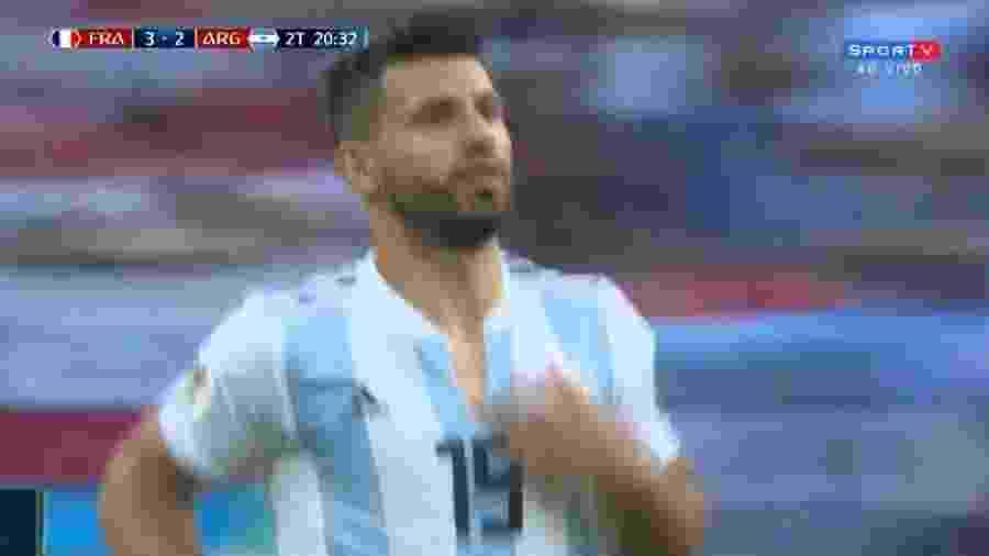 Aguero rasga camisa antes de entrar no jogo - Reprodução/SporTV