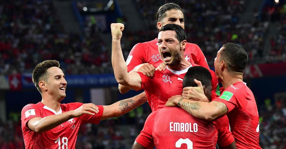 Jogadores da Suíça comemoram gol contra a Costa Rica na Copa do Mundo