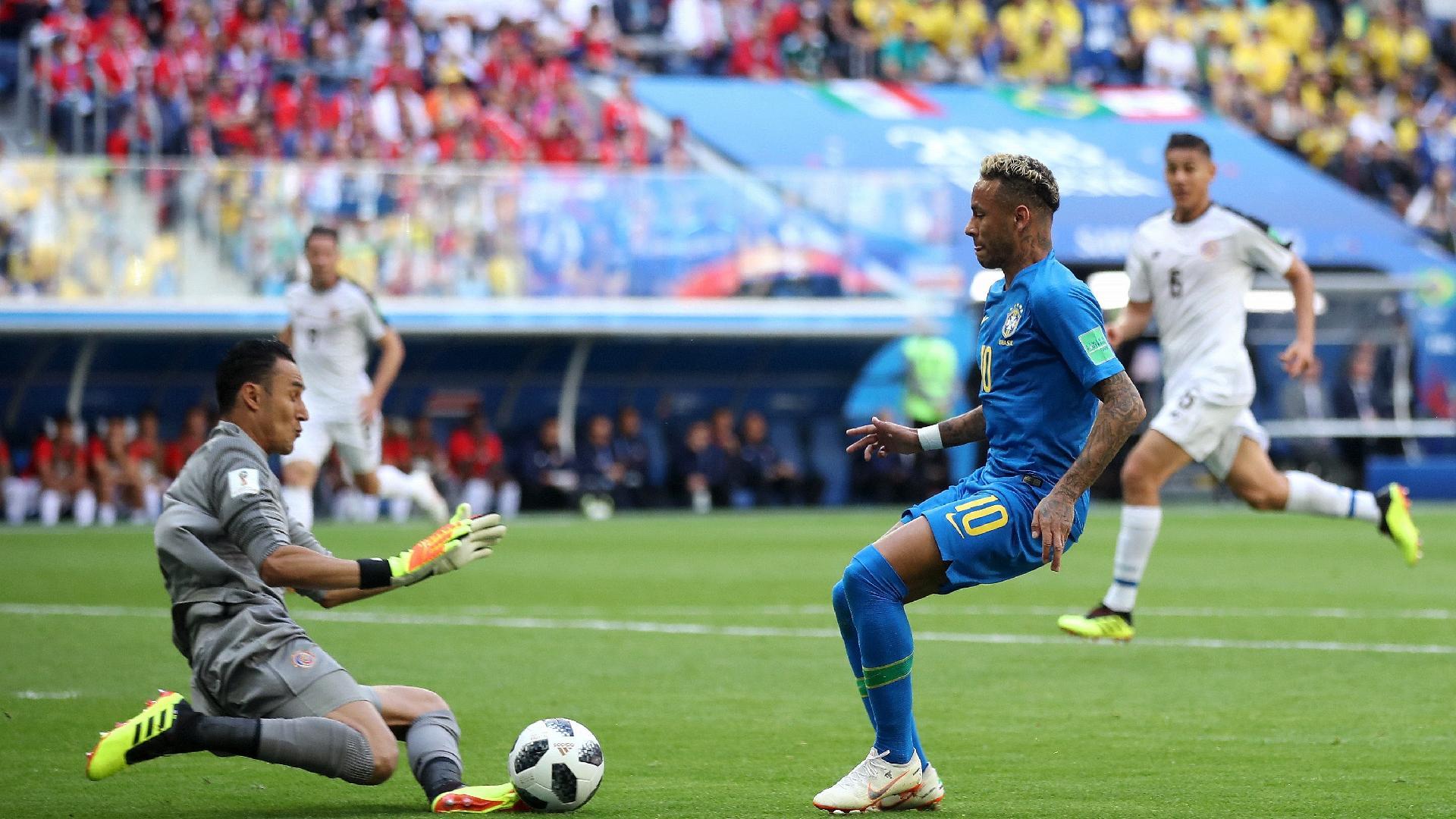 Keylor Navas sai e impede finalização de Neymar