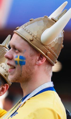 Torcedores da Suécia com chapéu de viking para duelo contra o México