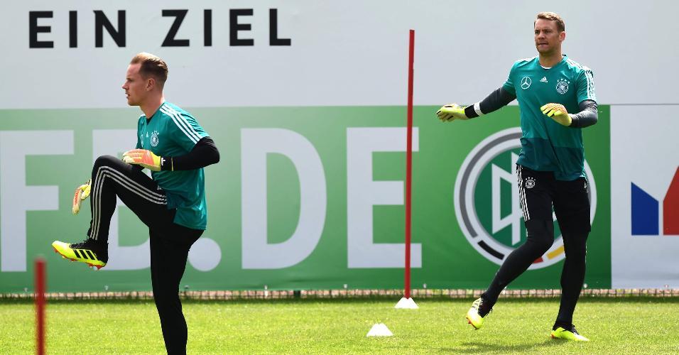 Os goleiros Neuer e Ter Stegen em treino da seleção da Alemanha, em Girlan, na Itália