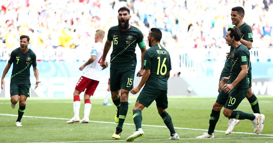 Mile Jedinak comemora gol de pênalti em Austrália x Dinamarca