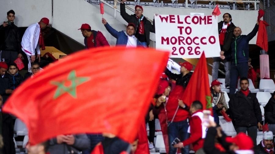 Torcedores de Marrocos com bandeira que faz menção à candidatura do país para receber a Copa de 2026 - Getty Images