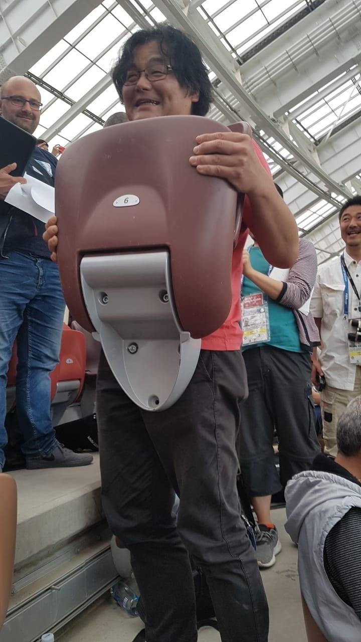 Assento quebrado no setor de imprensa do estádio Luzhniki, onde acontece Alemanha x México