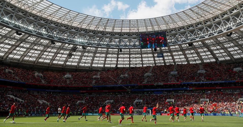 Jogadores aquecem antes de partida Portugal x Marrocos