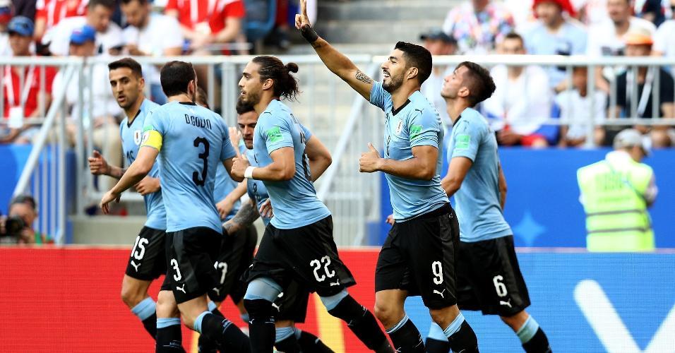 Luis Suárez comemora com jogadores do Uruguai após marcar sobre a Rússia